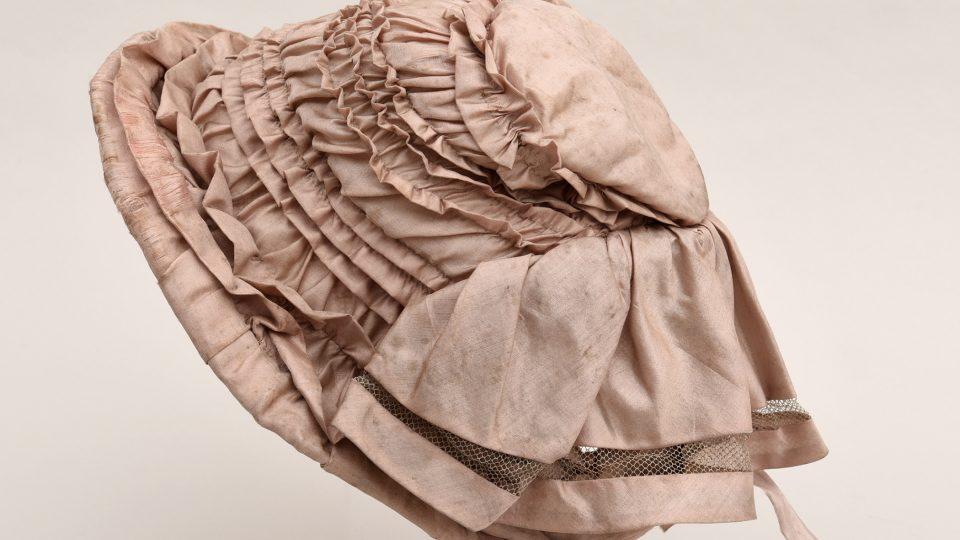 Dámský čepec z růžového hedvábí, první polovina 19. století. Foto Ivana Michnerová