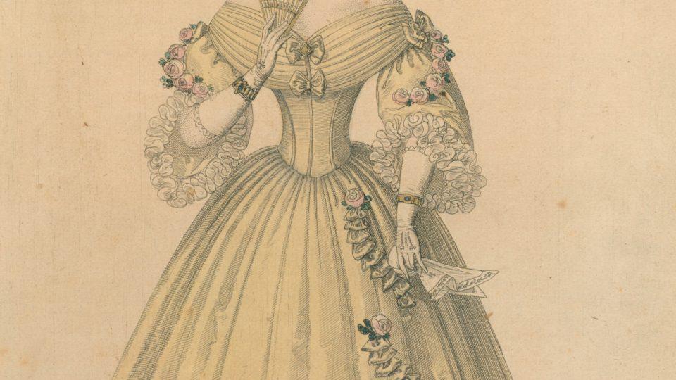Kolorovaná mědirytina z roku 1836, představující dámu ve společenských šatech z období biedermeieru