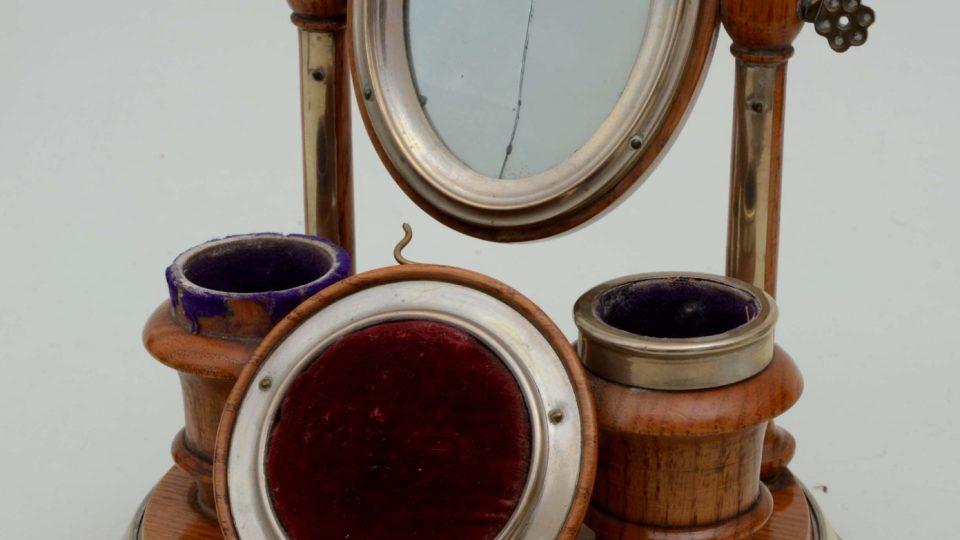 Soustružený stojánek na kruhové základně se zrcátkem, dvěma stojánky na flakonky s voňavkami a poduškou na špendlíky