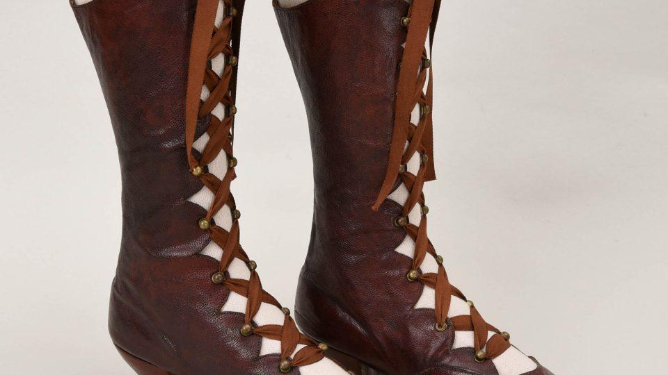 Vysoké dámské šněrovací boty z hnědé kůže. Datovány kolem roku 1890. Darovali dědicové po paní Luise Zykmundové v Plzni