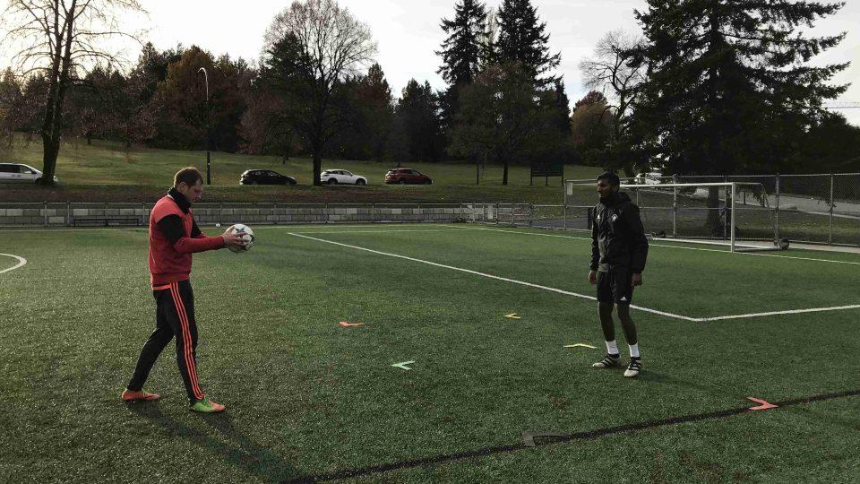 Libor Volf na hřišti se svým studentem nacvičuje přihrávky