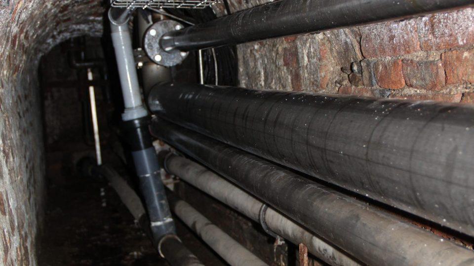Technický tunel s potrubím pod Samsonovu kašnou na českobudějovickém náměstí