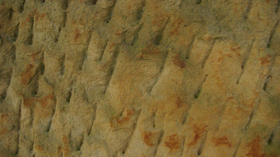 Památník, který symbolizuje usmíření, byl vytesán z pískovce z lomu v Podhorním Újezdě