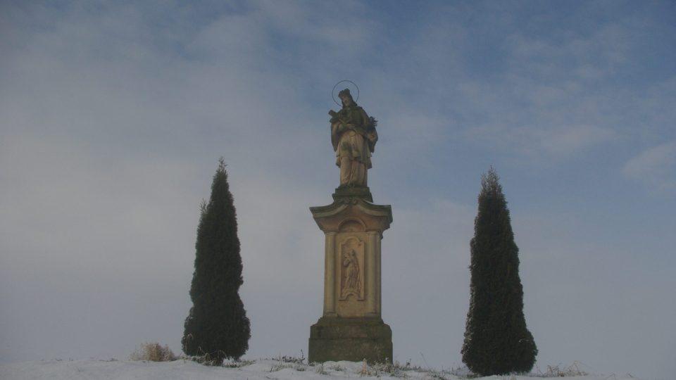 Socha sv. Jana Nepomuckého na jedné z možných přístupových cest ke smírčímu kříži