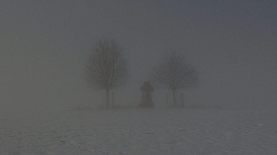 V mlhavém oparu odkazuje novodobý kříž k dálnověku
