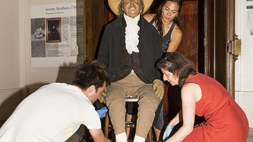 Jeremy Bentham putuje zasedání akademické rady v roce 2012