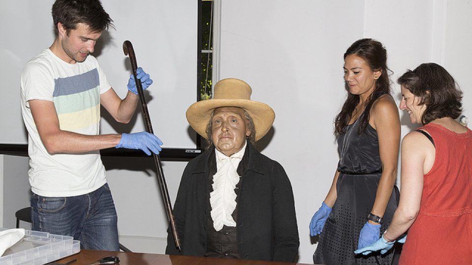 Jeremy Bentham se připravuje na zasedání akademické rady v roce 2012