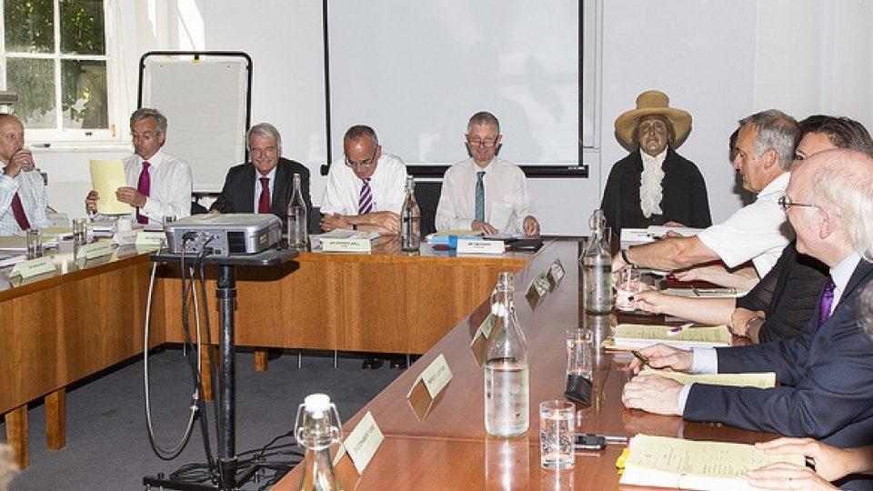 Jeremy Bentham na zasedání akademické rady v roce 2012