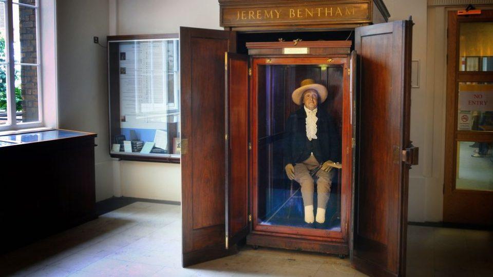 Auto-ikona Jeremyho Benthama ve vitríně na chodbě Londýnské univerzity