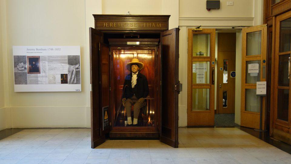 Jeremy Bentham sedí už 180 let ve vitríně na chodbě Londýnské univerzity