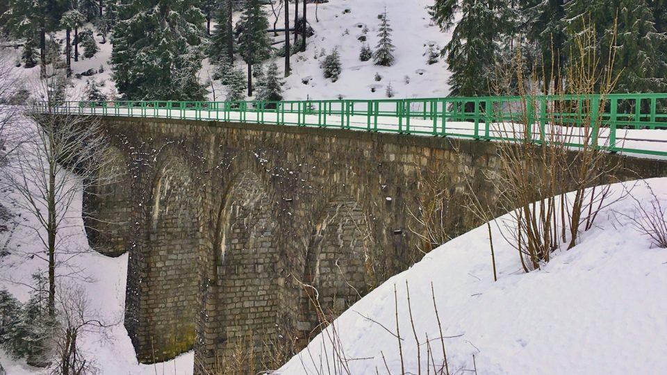 Viadukt je ve výšce 900 metrů nad mořem