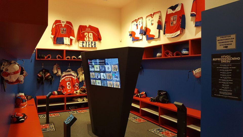 Hokejová kabina s expozicí vývoje dresů