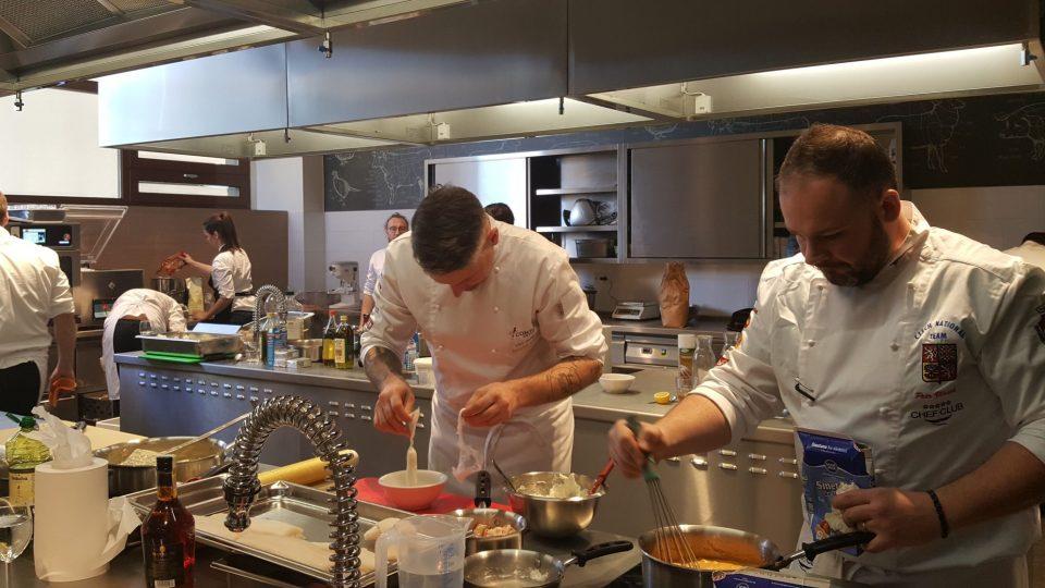 Trénink Národního týmu, vpravo Petr Vlásek, šéfkuchař restaurace Avantgarde