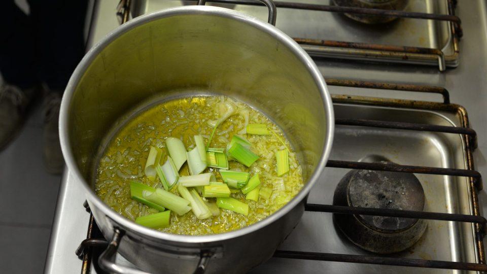 V hrnci si na oleji orestujeme nakrájenou cibuli, pórek a drhnutý tymián