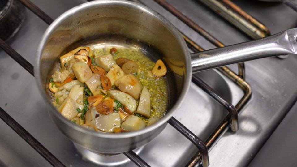 Na pánvičce si na troše oleje orestujeme pokrájený česnek na plátky a chilli