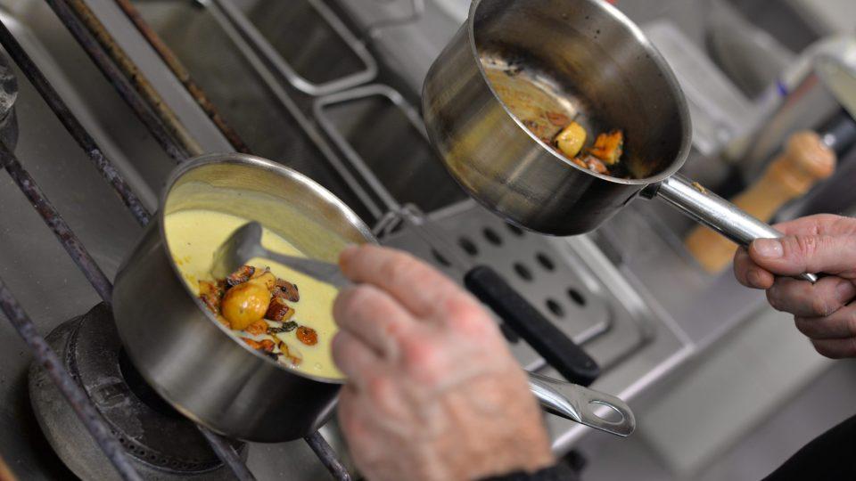 Orestované houby přidáme do polévky. Přidáme i tymián a můžeme dochutit solí a pepřem