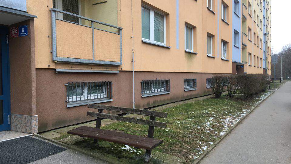 Předzahrádky panelových domů na sídlišti v Doběticích