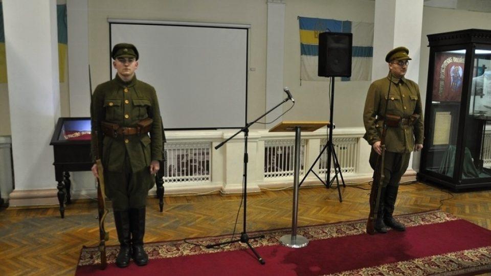 Vojáci v dobových uniformách ve vojensko-historickém muzeu v Kyjevě