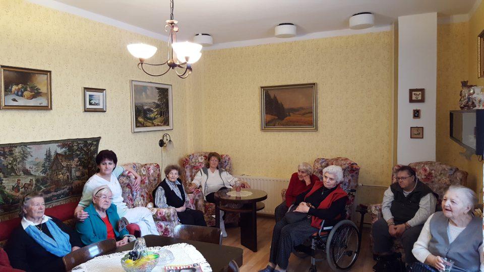 V jedné z místností v tachovském domě pro seniory Panorama jakoby se zastavil čas. Je celá zařízená ve stylu 50. let. Senioři tak můžou posedět, číst si, hrát šachy nebo karty a hlavně - vzpomínat na mládí