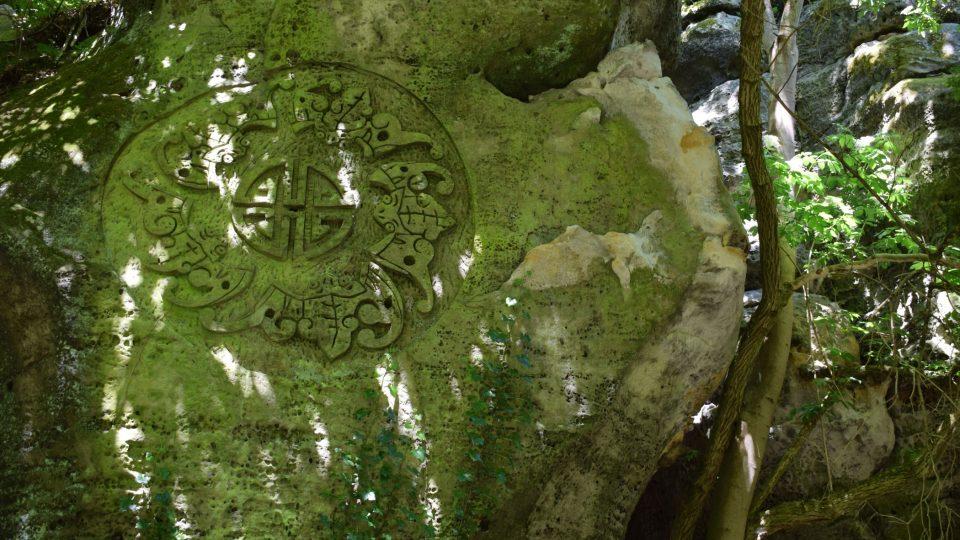 V pískovcových skalách najdete i čínské znaky