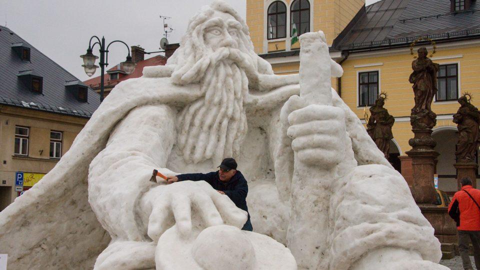 Jak dlouho bude Krakonoš hlídat jilemnické náměstí, záleží na rozmarech počasí