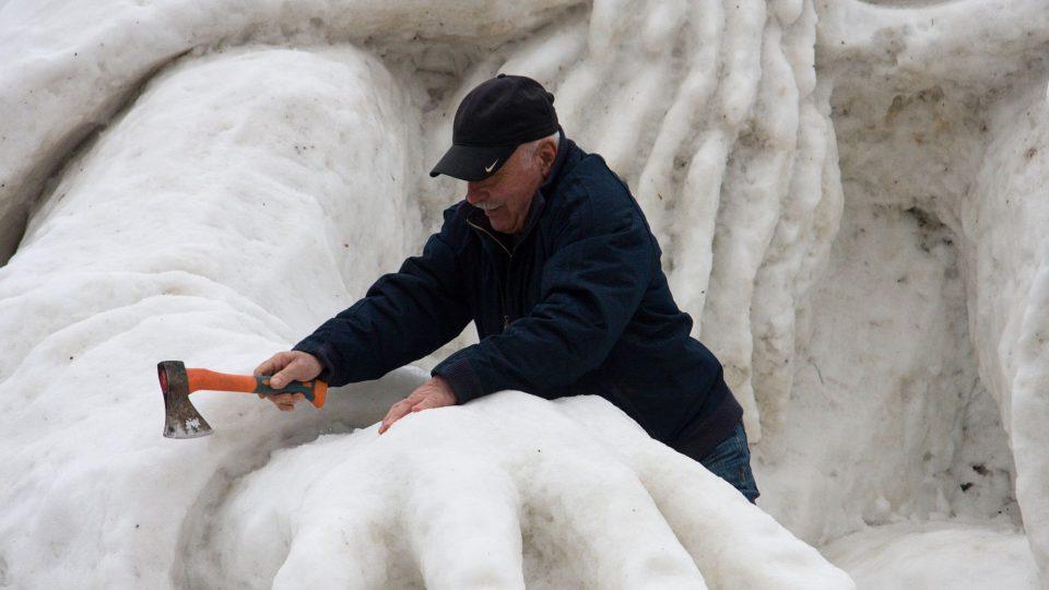 Přestože při tvorbě sněhové sochy přijde ke slovu i technika, hlavní část práce je ruční