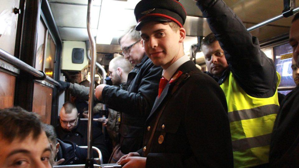 Člen Klubu přátel starých tramvají v historické konduktorské uniformě rozdává památeční tramvajenky