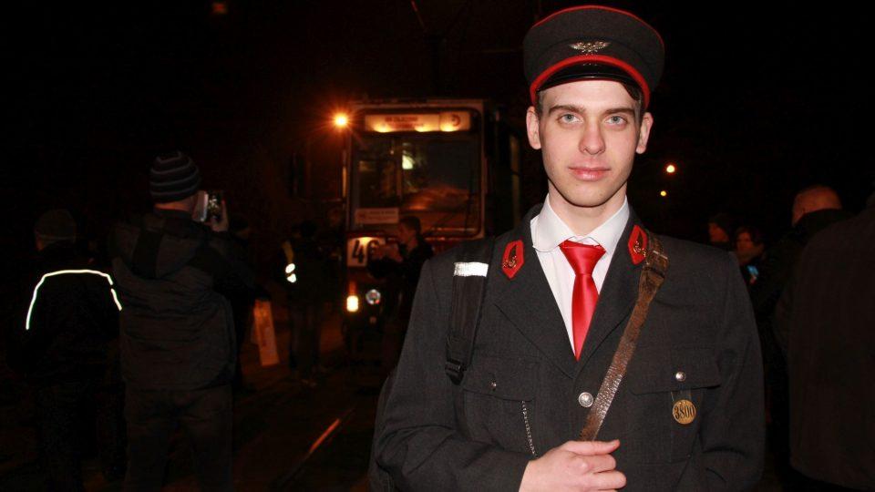 Člen Klubu přátel starých tramvají v historické konduktorské uniformě