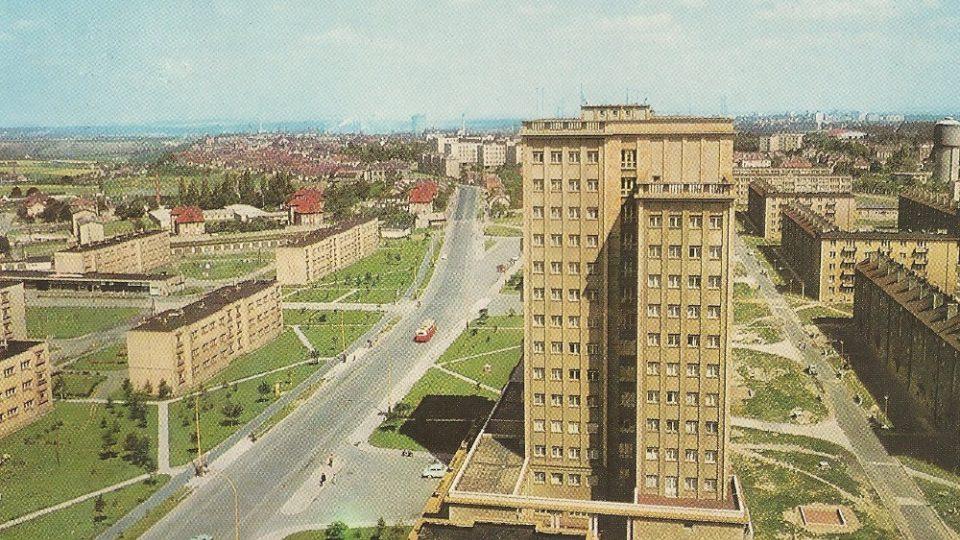 Někdo šestici věžáků přirovnává k chicagským mrakodrapům, jiní v nich vidí Lomonosovu univerzitu v Moskvě