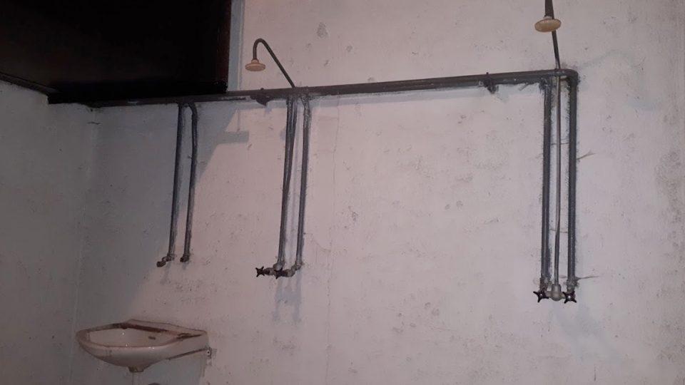 Kryty byly vybavené nádrží s vodou a sprchami