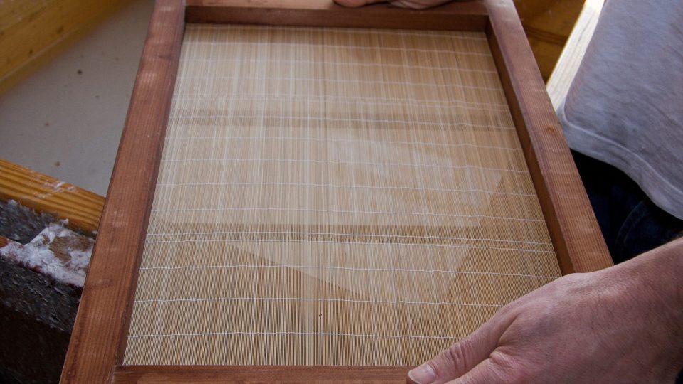 Bambusová rohož na kterou se nabírá rozmělněná hmota