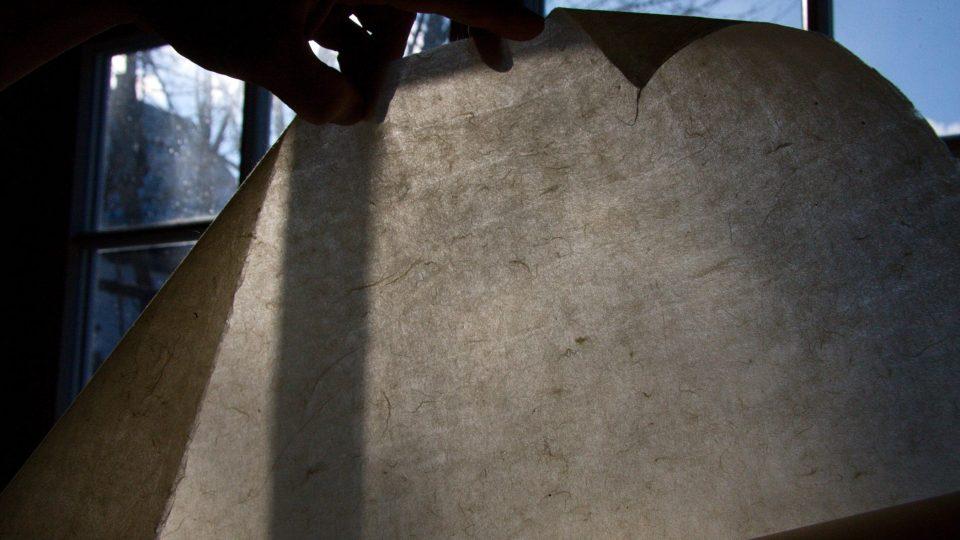 Struktura japonského papíru vynikne proti světlu