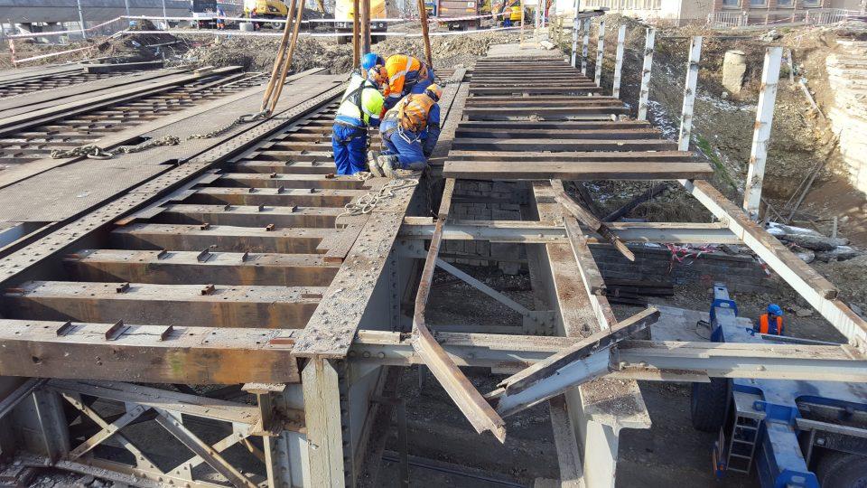 Stavbaři v Plzni demolují druhý ze železničních mostů u vlakového nádraží. Už několik dnů rozebírají koleje a nástupiště. Samotné snášení ocelové mostní konstrukce, která se klene přes Mikulášskou třídu, začala dnes kolem osmé hodiny ráno