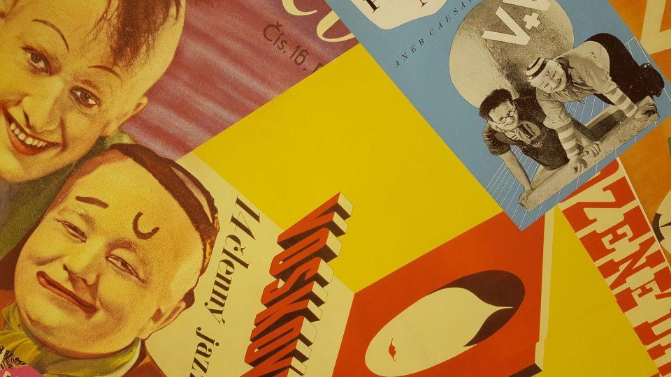 Plakáty na stropě v předsíni Werichova bytu