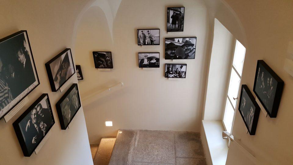 Schodiště zdobí fotky z dob Osvobozeného divadla