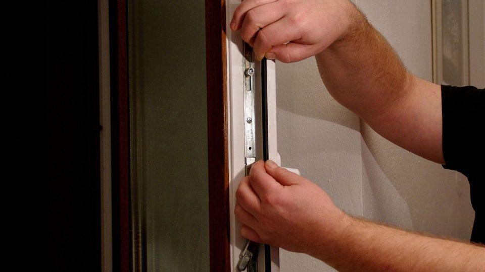Kontrola a případná výměna těsnění je jednou z možných variant řešení závad na plastových oknech