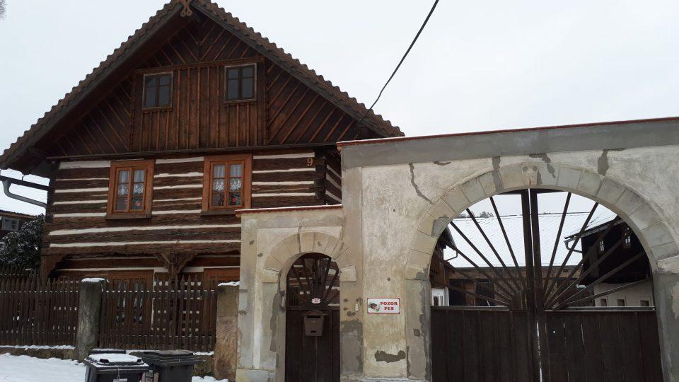 Střed obce tvoří unikátní soubor původních dřevěných chalup, tzv. chmelařských domů z přelomu 18. a 19. století