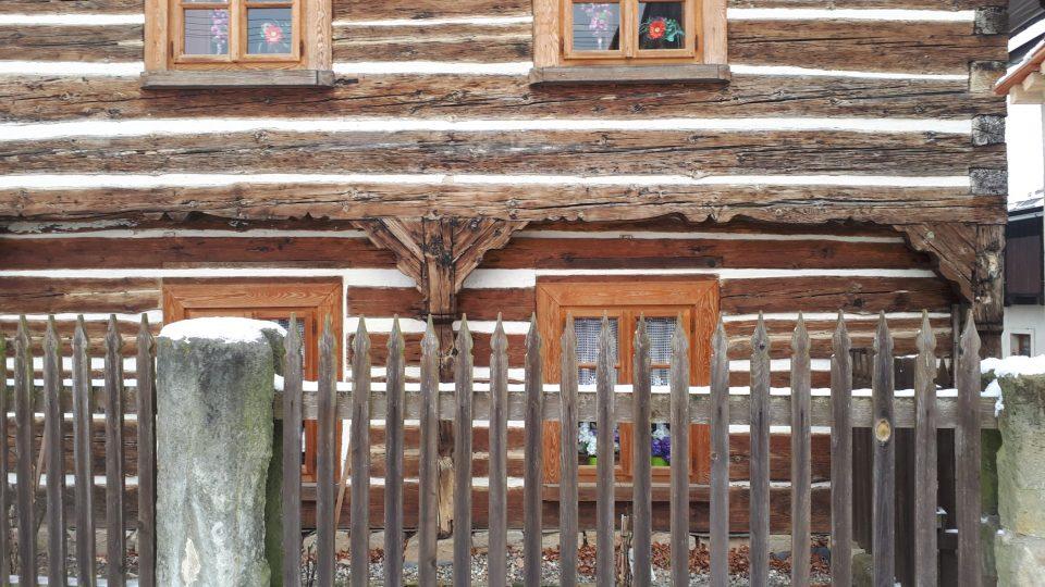 Střed obce tvoří unikátní soubor původních dřevěných chalup
