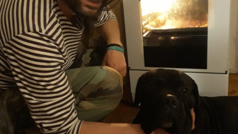 Moderátor Luboš Voráček sám zkusil přípravu sušenek pro psa