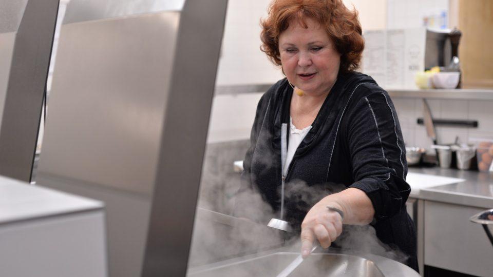 S vařením neváhala vypomoci ani Naďa Konvalinková