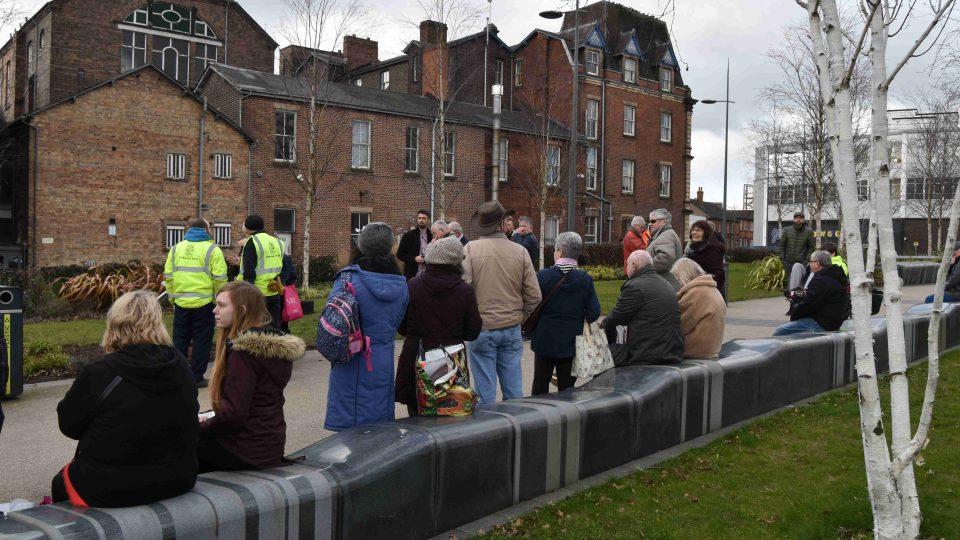 Před radnicí ve Stoke on Trent se sešli lidé, aby si připomněli spojení, které má jejich město už od roku 1942 s českými Lidicemi