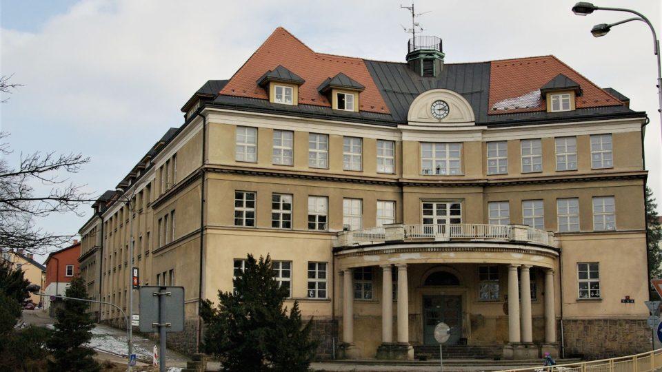 Na dohled od Dračí uličky stojí někdejší německá dívčí obecná měšťanská škola (dnes základní škola) od trutnovského rodáka, známého architekta Maxe Kühna