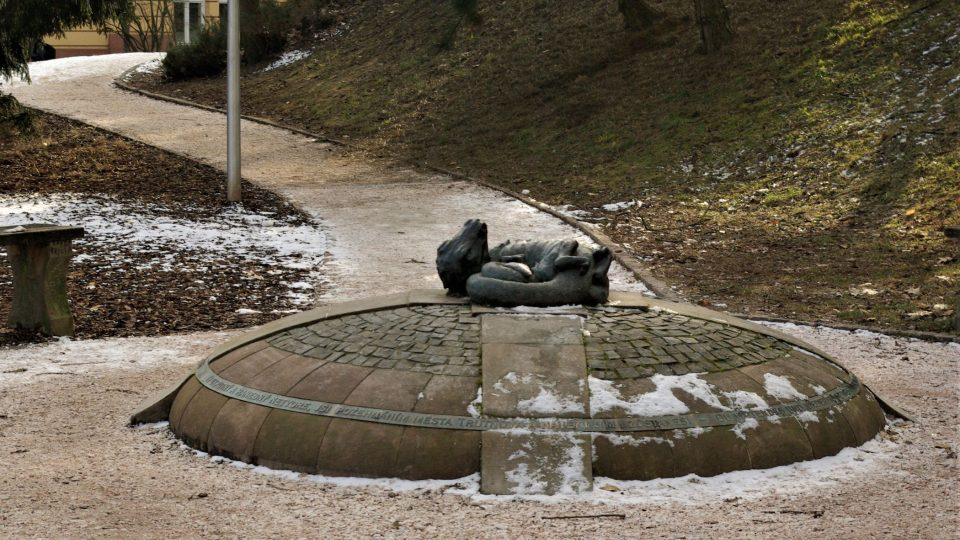 Skulptura v symbolické Dračí uličce v Trutnově