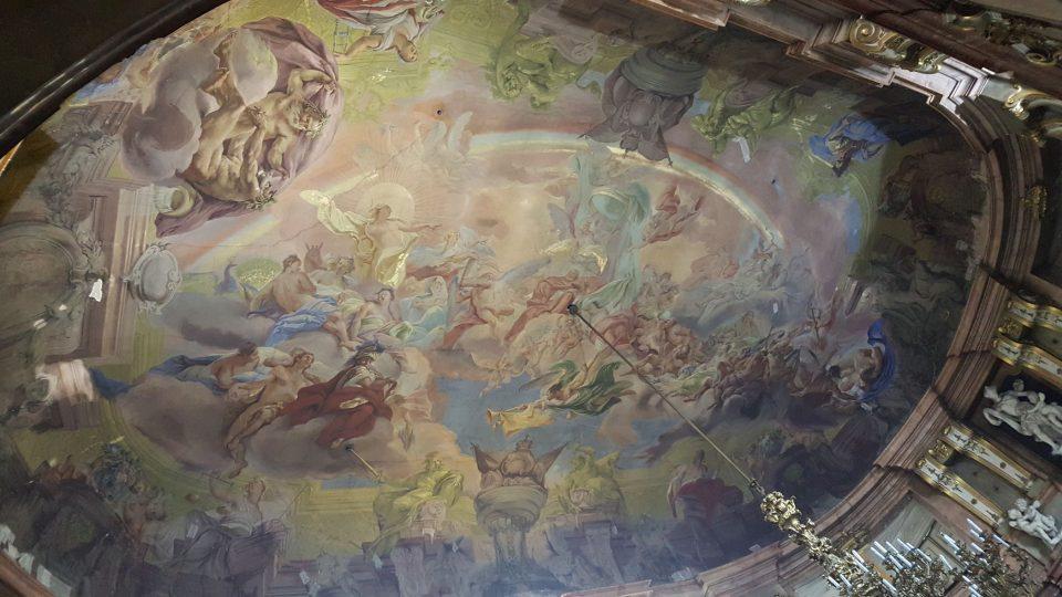 Autory nástropní fresky tanečního sálu jsou Pietro Scotti a Giovanni Battista Zeist