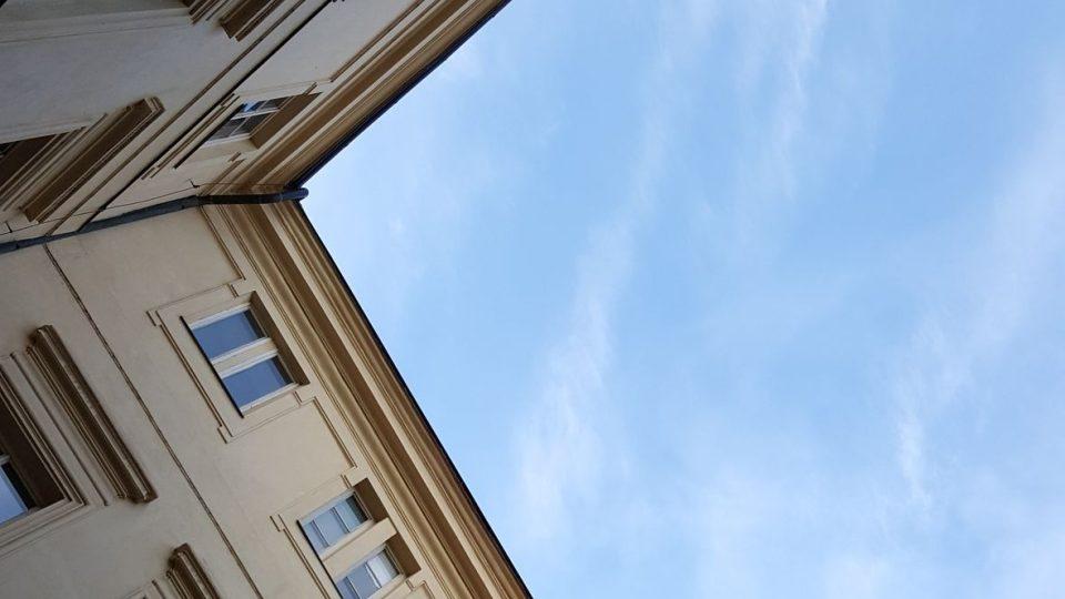 Nádvoří paláce má obdélníkový tvar