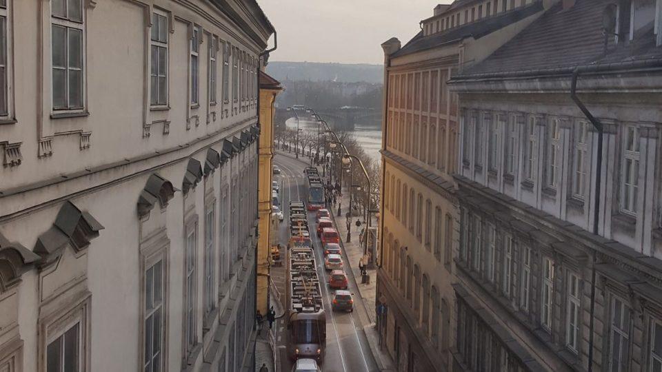 Pohled z paláce na Smetanovo nábřeží, směrem k ND