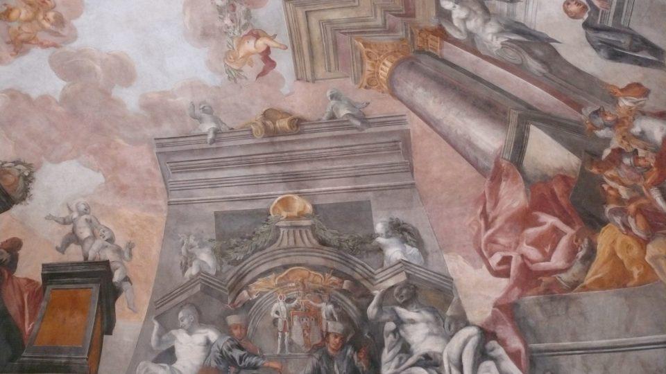 Celkem 86 postav je vyobrazeno na fresce, zde u městského znaku sedí dva horníci z nedalekého Rudolfova