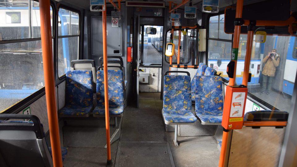 Interiér trolejbusu typu 15 Tr z přelomu 80. a 90. let minulého století