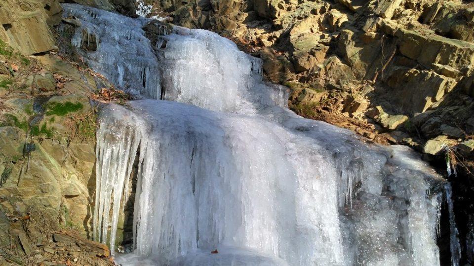 Pod ledovou nádherou dál zurčí voda