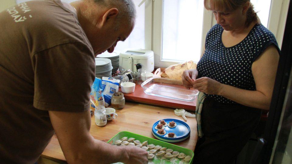 Vladimirova manželka Galina ručně lepí jeden pelmeň za druhým